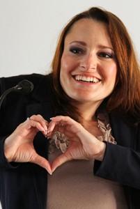 Jasmin hält Hände vor der rechten Brust in Form eines Herzens