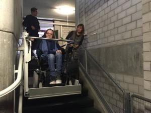 Jasmin Rechsteiner fährt Treppenlift